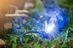 Schweißer, der technischen Stahl aufrichtet Industrieller Stahlschweißer an der Baustelle lizenzfreies stockfoto