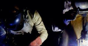 Schweißer, die ein Metall schweißen stock footage
