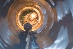 Schweißer in einem Rohr Lizenzfreies Stockfoto