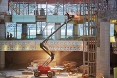 Schweißer funktioniert am Bau des Anschlusses Lizenzfreies Stockbild