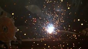 Schweißer ist Schweißensmetallanteil an Fabrik stock video footage