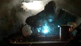 Schweißer ist Schweißensmetallanteil an Fabrik stock video