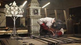 Schweißer macht Kunst in seiner Werkstatt stock video