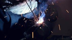 Schweißer schweißt ein Stahlrohr stock video