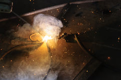 Schweißer-Welding Sparks-Stahl in der Fabrik lizenzfreies stockfoto