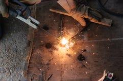 Schweißer-Welding Sparks-Stahl in der Fabrik stockbilder
