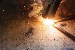 Schweißer-Welding Sparks-Stahl in der Fabrik stockfotografie