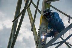Schweißerarbeit am hohen elektrischen Hochspannungspfosten 230 KV lizenzfreie stockbilder