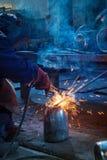 Schweißerarbeitskraft schweißt Stockfoto