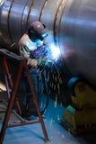 Schweißerschweißen auf Stahlfaß Stockfotos