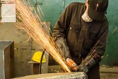 Schweißerschweißensmetall in der Werkstatt mit Funken Lizenzfreie Stockfotos