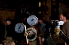 Schweißgaszylinder-Manometerabschluß oben in der Schmiede Lizenzfreie Stockbilder