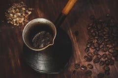 Schweißte einen schaumigen Kaffee im cezve, rustikale Art Lizenzfreie Stockfotos