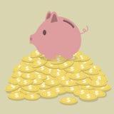 Schwein-förmiger Geldkasten, der auf goldenen Münzen steht Lizenzfreie Stockbilder