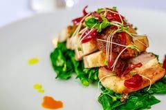 Schweinebauch mit thailändischem Salat lizenzfreie stockbilder