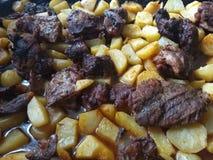 Schweinebraten und Kartoffeln stockfotografie