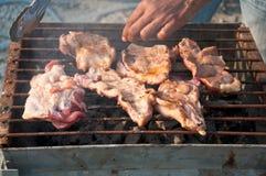 Schweinefleisch auf Grill lizenzfreie stockfotos