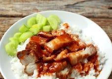 Schweinefleisch auf Reis mit roter Soße stockfotografie
