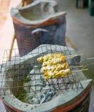 Schweinefleisch-Aufsteckspindel oder Schweinefleisch Satay, thailändisches Lebensmittel lizenzfreie stockfotos