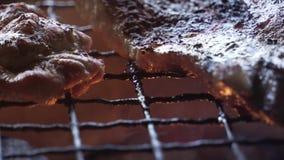 Schweinefleisch, das mit etwas heißem Feuer gegrillt erhält stock video footage