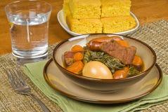 Schweinefleisch-Eintopfgericht mit Würsten und Ei Lizenzfreie Stockfotografie