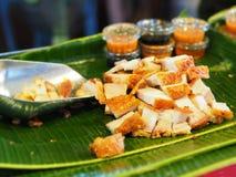 Schweinefleisch knusperig mit thailändischer Soße stockbilder