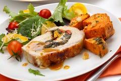 Schweinefleisch-Lendenstück-Roulade und Salat Lizenzfreie Stockfotos