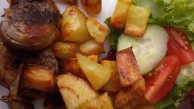Schweinefleisch mit Bratenkartoffeln und -gemüse lizenzfreies stockbild