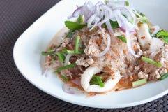 Schweinefleisch mit Suppennudeln und Salat stockfotos