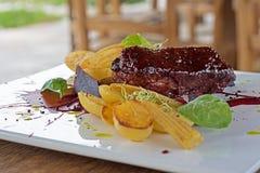 Schweinefleisch-Rippen-Grill gebraten mit Kartoffeln Lizenzfreie Stockfotos