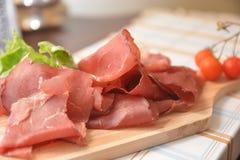 Schweinefleisch-Salaminahrung Bresaola italienische mit Salat der Tomate e stockfotografie