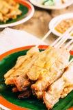Schweinefleisch Satay auf hölzernem Hintergrund Lizenzfreie Stockfotos
