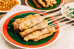 Schweinefleisch Satay auf hölzernem Hintergrund Stockfoto