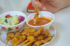 Schweinefleisch Satay mit Erdnuss-Soße, Essiggurken, die Gurkenscheiben und -zwiebeln im Essig sind stockbilder