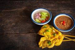 Schweinefleisch satay mit thail?ndischen Gew?rzen und der Erdnussso?e gesetzt auf die h?lzerne Tabelle lizenzfreies stockbild