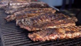 Schweinefleisch-Seitenrippen, die draußen auf einem großen BBQ an a-Lebensmittel Fest kochen stock video