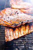 Schweinefleisch Spareribs auf dem Grill stockbild