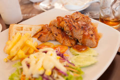 Schweinefleisch-Steak mit Salat Stockbild