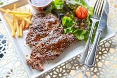 Schweinefleisch-Steak mit Salat stockbilder