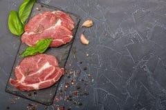 Schweinefleisch und Basilikum auf schwarzem Stein Lizenzfreie Stockfotografie