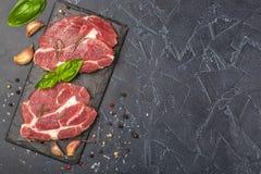 Schweinefleisch und Basilikum auf schwarzem Stein Lizenzfreies Stockfoto