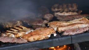 Schweinefleisch-und Rindfleisch-Fleisch brät auf dem Grill stock video footage