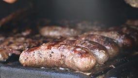 Schweinefleisch und Rindfleisch-Fleisch und Würste brät auf dem Grill stock footage