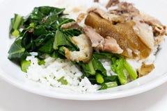 Schweinefleischbein mit Reis Stockfotos