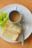 Schweinefleischbologna-Vollweizensandwich mit frischer grüner Eiche und Kaffee auf Platte Stockbild