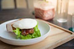 Schweinefleischbrötchen auf hölzerner Tabelle im Café Lizenzfreies Stockfoto