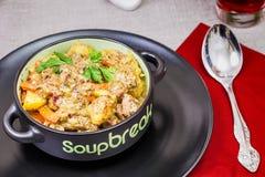 Schweinefleischeintopfgericht gedient mit gekochten Kartoffeln Lizenzfreies Stockfoto
