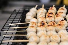 Schweinefleischfleischklöschentoast auf dem Grill Stockfotos