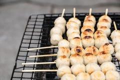 Schweinefleischfleischklöschentoast auf dem Grill Lizenzfreie Stockfotos