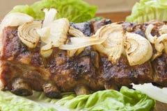 Schweinefleischgrill mit Kopfsalat und Zwiebel Lizenzfreies Stockbild